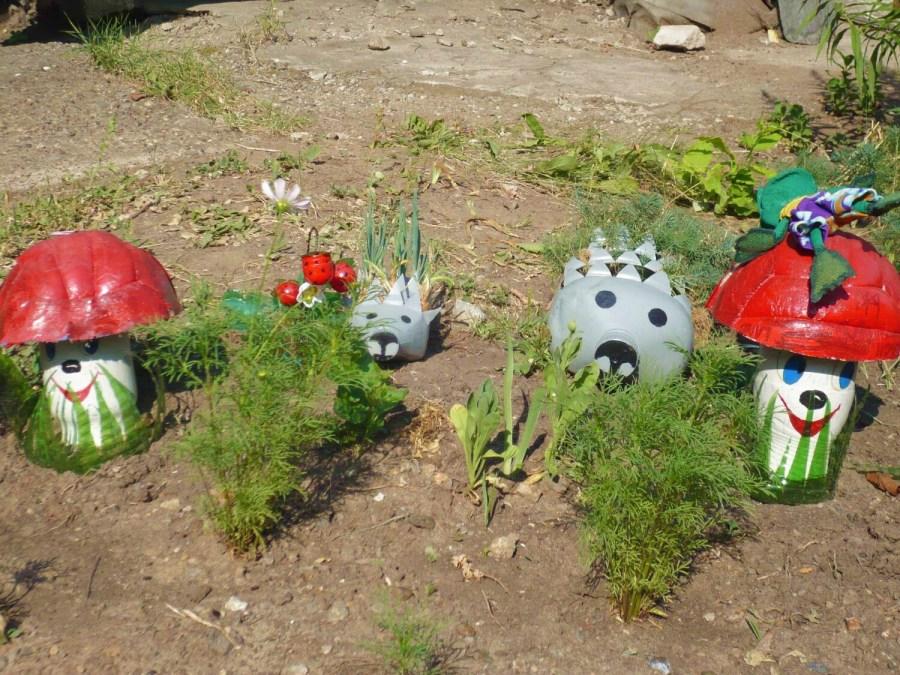 Как украсить сад своими руками из пластиковых бутылок фото
