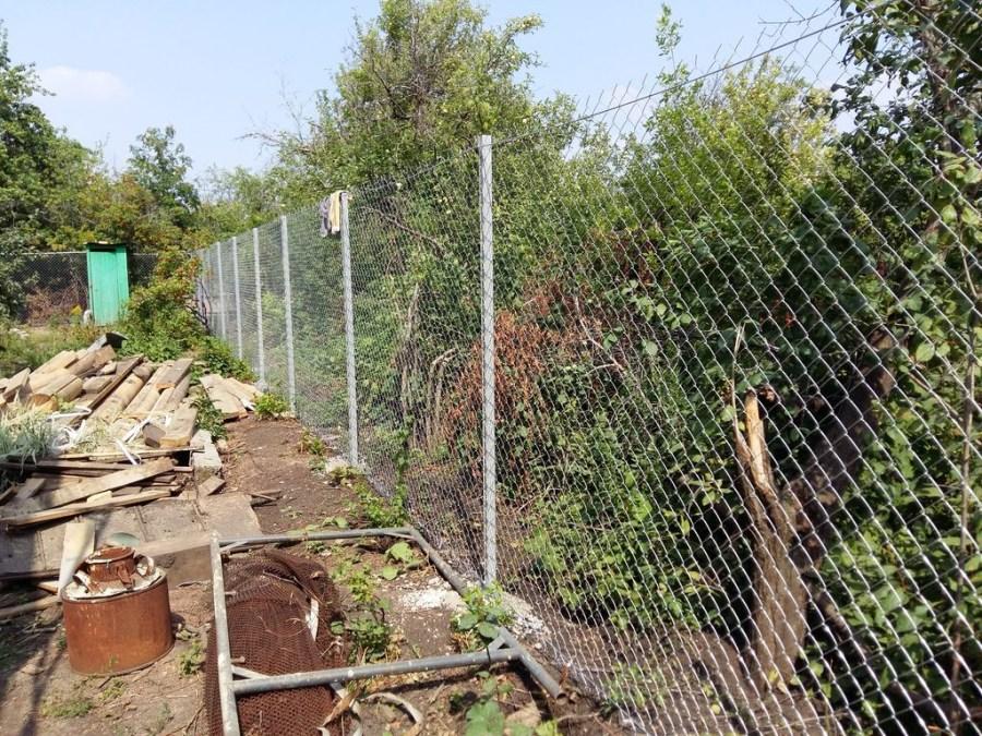 Забор на даче из рабицы своими руками