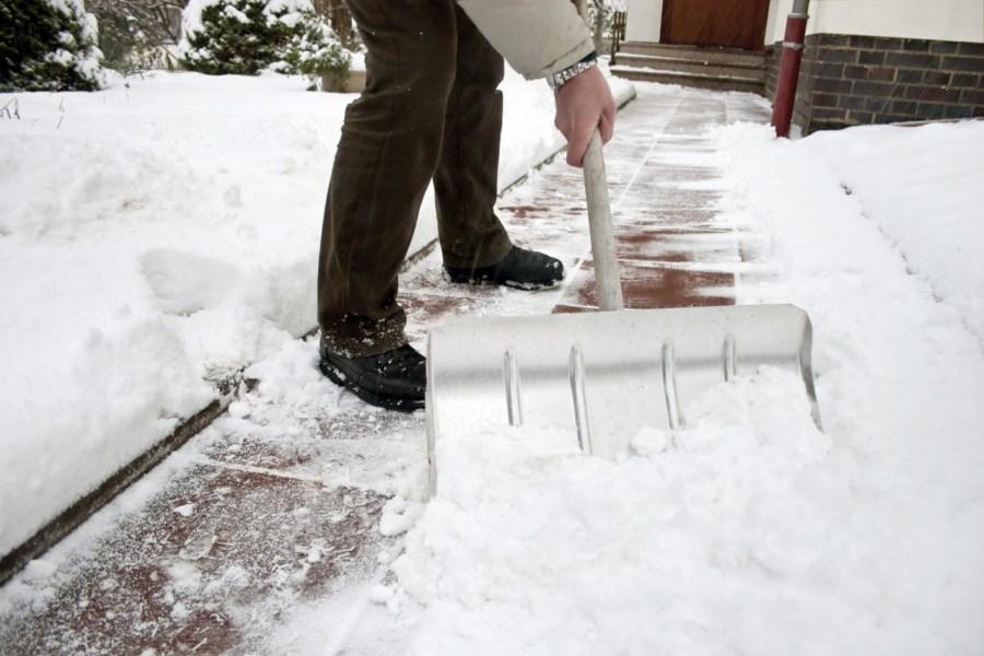 очистка участка от снега лопатой