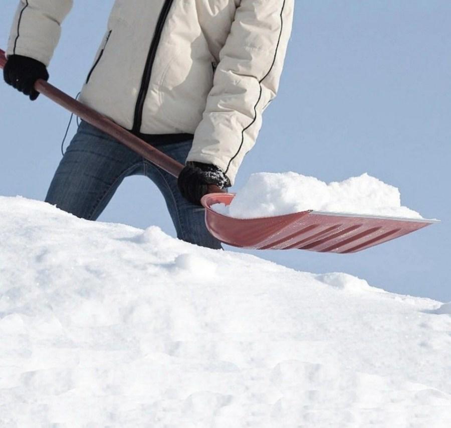 очистка снега лопатой