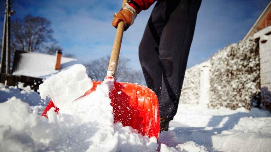 уборка снега лопатой